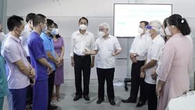 Bí thư tỉnh ủy tỉnh Bình Dương Nguyễn Văn Lợi (người đứng giữa) trao đổi với lãnh đạo Becamex IDC và các y bác sỹ tại Khu Điều trị bệnh nhân Covid-19 Thới Hoà. Ảnh: ANH TRẦN