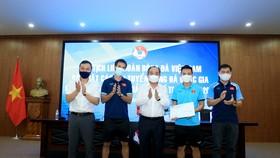 Chủ tịch VFF trao tặng quà cho đội tuyển futsal Việt Nam