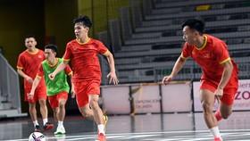 Đội tuyển futsal Việt Nam trên sân tập tối 26-8