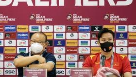 Thầy Park và thủ quân Ngọc Hải tại buổi họp báo