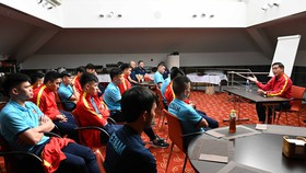 Trưởng đoàn Trần Anh Tú trò chuyện với toàn đội hôm 15-9