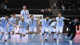 Argentina đến gần mục tiêu bảo vệ Cúp vô địch sau khi vượt qua Brazil. Ảnh: Getty