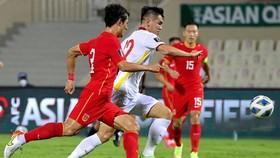 Tiến Linh động viên các đồng đội sau trận thua Trung Quốc