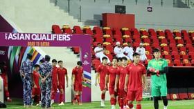 Đội tuyển Việt Nam trong buổi tập làm quen sân thi đấu vào tối 11-10
