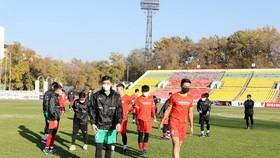 Các cầu thủ U22 Việt Nam tham quan, làm quen sân thi đấu Dolon Omurzakov vào ngày 25-10