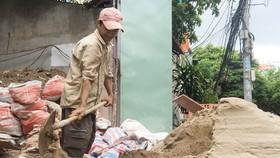 Giá cát tăng, nhiều công trình tạm ngưng thi công