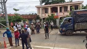 Dân chặn xe, vây Trạm thu phí Ea Kar trên Quốc lộ 26, ngăn cản xe qua lại