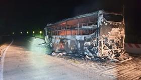 Xe khách bốc cháy trong đêm