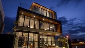 Thiết kế kiến trúc của ngôi nhà ưu tiên dành toàn bộ view xanh thơ mộng cho cảnh sông vào ban ngày và phần lighting tuyệt hảo vào ban đêm