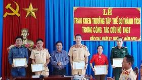 UBND huyện thưởng nóng cho các đơn vị đã tích cực cứu hộ. Ảnh: Cổng thông tin UBND huyện Đắk Glei
