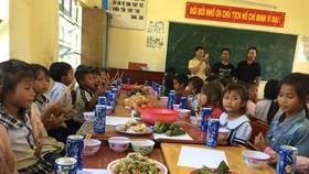 """Báo SGGP tiếp sức thầy cô """"ngôi trường bỏ tiền túi nấu ăn miễn phí cho học sinh"""""""