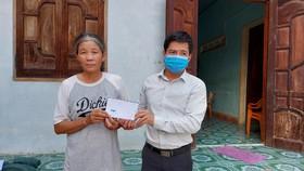Trao tiền hỗ trợ cho gia đình có mẹ già nuôi 3 con tâm thần, ung thư
