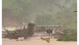 Bắc Tây Nguyên: Cầu bị cuốn trôi, 3 thôn bị cô lập, đã có người chết