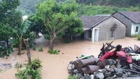 Nhà dân ở huyện Đắk Glei bị ngập trong ngày 28-10. Ảnh. BỒ CÔNG ANH