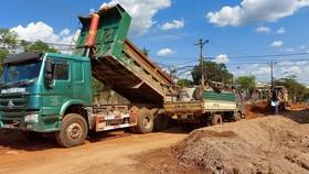 Xem xét mời công an vào cuộc vụ doanh nghiệp khai thác đất lậu để thi công đường