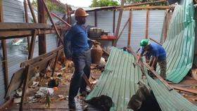 Gia Lai: Huy động lực lượng giúp dân dựng lại nhà bị tốc mái do mưa đá, lốc xoáy