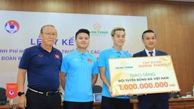 Thầy trò HLV Park được thưởng lớn trước hai trận quan trọng với UAE với Thái Lan. Ảnh: MINH HOÀNG