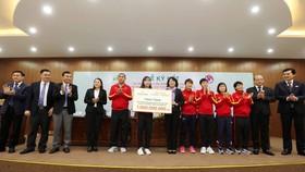 Các cô gái Vàng của bóng đá Việt Nam tiếp tục được tưởng thưởng từ thành công ở SEA Games 30. Ảnh: MINH HOÀNG