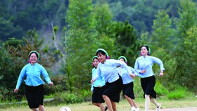 Female ethnic footballers at Huc Dong