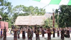 Tặng khóa học nghề điêu khắc gỗ truyền thống cho đồng bào Cơ Tu
