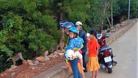 Một nam thanh niên bắt trộm khỉ con tại chùa Linh Ứng