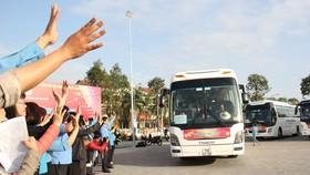 Đại diện Liên đoàn Lao động TP Đà Nẵng vẫy tay tạm biệt những người lao động về quê ăn tết