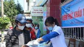 Sở Y tế Đà Nẵng phát 3000 khẩu trang và 500 bộ tờ rơi tuyên truyền