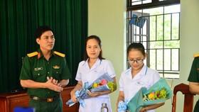 Bộ chỉ huy Quân sự và Sở Thông tin- Truyền thông thành phố Đà Nẵng tặng quà, động viên và mong muốn các công dân, đội ngũ y, bác sỹ nữ tiếp tục thực hiện nhiệm vụ với tinh thần trách nhiệm cao nhất, đảm bảo việc ngăn chặn triệt để dịch bệnh không lây lan