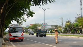 Tại chốt chặn cuối đường Trần Đại Nghĩa (quận Ngũ Hành Sơn), lực lượng công an phối hợp ngành y tế yêu cầu dừng xe, kiểm tra nhanh thân nhiệt, nắm thông tin hành khách hoặc ghi tờ khai y tế