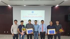 Ông Hồ Kỳ Minh, Phó Chủ tịch UBND TP Đà Nẵng trao thưởng cho 2 đơn vị đạt giải nhì cuộc thi thiết kế kiến trúc Chợ Cồn