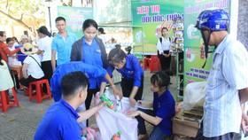 """Mô hình Siêu thị """"Đổi rác thải nhựa lấy quà tặng"""" nhận được sự hưởng ứng tham gia tích cực của người dân"""