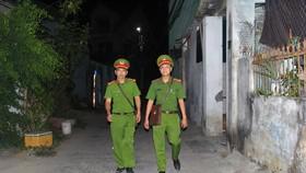 Các chiến sĩ công an khu vực dường như đưa bộ phận một cửa về nhà dân tạo nên sự gần gũi giữa công an và nhân dân tại địa phương