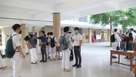 Học sinh các trường đều mang khẩu trang và giữ khoảng cách khi bước vào trường học, địa điểm thi