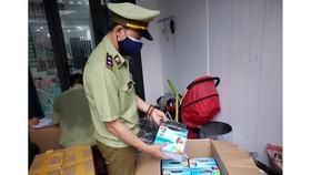 22.500 khẩu trang không có hóa đơn chứng từ chứng minh nguồn gốc xuất xứ bị tạm giữ. Ảnh: XUÂN QUỲNH