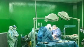 Bệnh viện dã chiến Hòa Vang đã phối hợp với các bác sĩ đến từ Bệnh viện Phụ sản Nhi Đà Nẵng tiến hành hội chẩn và đi đến quyết định mổ bắt con ngay trong đêm
