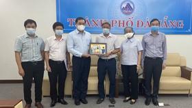 UBND TP Đà Nẵng gừi lời cảm ơn và tặng quà lưu niệm cho Đoàn công tác