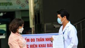 Bà Ngô Thị Kim Yến, Giám đốc Sở Y tế Đà Nẵng trao quyết định dỡ bỏ phong toả đối với Bệnh viện Đà Nẵng