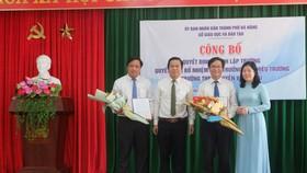Bà Lê Thị Bích Thuận, Giám đốc Sở GD-ĐT TP Đà Nẵng trao quyết định bổ nhiệm chức vụ Hiệu trưởng, Phó Hiệu trưởng Trường THPT Nguyễn Văn Thoại