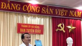 Ông Nguyễn Đình Vĩnh, Phó Trưởng Ban Tuyên giáo Thành ủy Đà Nẵng phát biểu tại Hội nghị