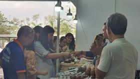 Khách hàng tham quan, mua sắm sản phẩm OCOP tại triển lãm