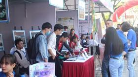 Các gian hàng triển lãm thu hút đông đảo các bạn trẻ