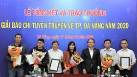 """Các tác giả nhận giải đề tài tuyên truyền về Năm chủ đề 2020 của thành phố Đà Nẵng là """"Năm tiếp tục đẩy mạnh thu hút đầu tư"""""""