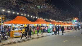 Các gian hàng ở khu phố đêm Túy Loan