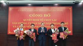 Ông Lê Trung Chinh, Chủ tịch UBND TP Đà Nẵng trao quyết công tác cán bộ đối với văn phòng UBND thành phố