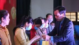 Ông Nguyễn Duy Minh, Chủ tịch LĐLĐ TP Đà Nẵng trao quà cho đoàn viên, người lao động