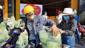"""Các điểm """"giải cứu"""" nông sản Hải Dương đồng loạt mở bán vào sáng 25-2 được người đi đường quan tâm"""