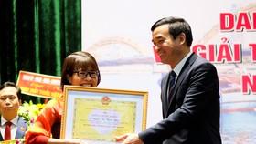 Chủ tịch UBND TP Đà Nẵng trao bằng khen cho bà Nguyễn Thị Thanh Nhàn, Trưởng khoa Xét nghiệm, Chẩn đoán hình ảnh và thăm dò chức năng, Trung tâm Kiểm soát bệnh tật TP