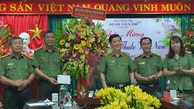 Thượng tướng Nguyễn Văn Sơn tặng quà cho Bệnh viện 199 nhân kỷ niệm 66 năm Ngày Thầy thuốc Việt Nam