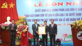 Ông Lê Trung Chinh, Chủ tịch UBND TP Đà Nẵng trao Quyết định đơn vị hành chính loại I