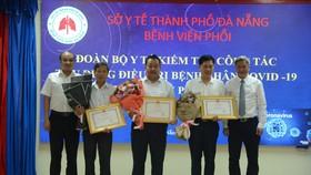 Ông Nguyễn Trường Sơn, Thứ trưởng Bộ Y tế trao tặng bằng khen cho 3 tập thể có thành tích xuất sắc trong quá trình điều trị bệnh nhân Covid-19